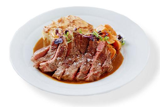 Hovězí Rib Eye steak sous-vide s pepřovou omáčkou z hovězího vývaru, gratinovanými smetanovými brambory a máslovou mrkví
