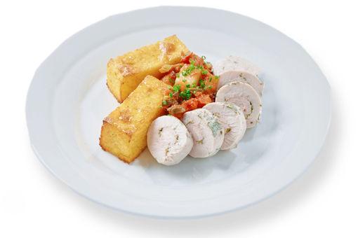Pošírovaná krůtí prsní rolka v bylinkách s polentovým koláčkem s variací sýrů a zeleninovou caponatou
