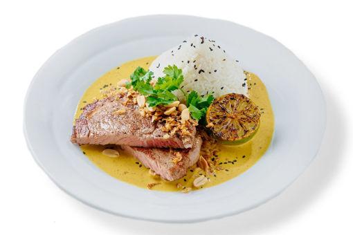 Asijské kari s hovězím rib eye steakem sous-vide a jasmínovou rýží